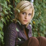 Chloe Sullivan Sitting Side Portrait Wallpaper