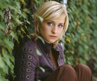 Chloe Sullivan Sitting Side Portrait Wallpaper