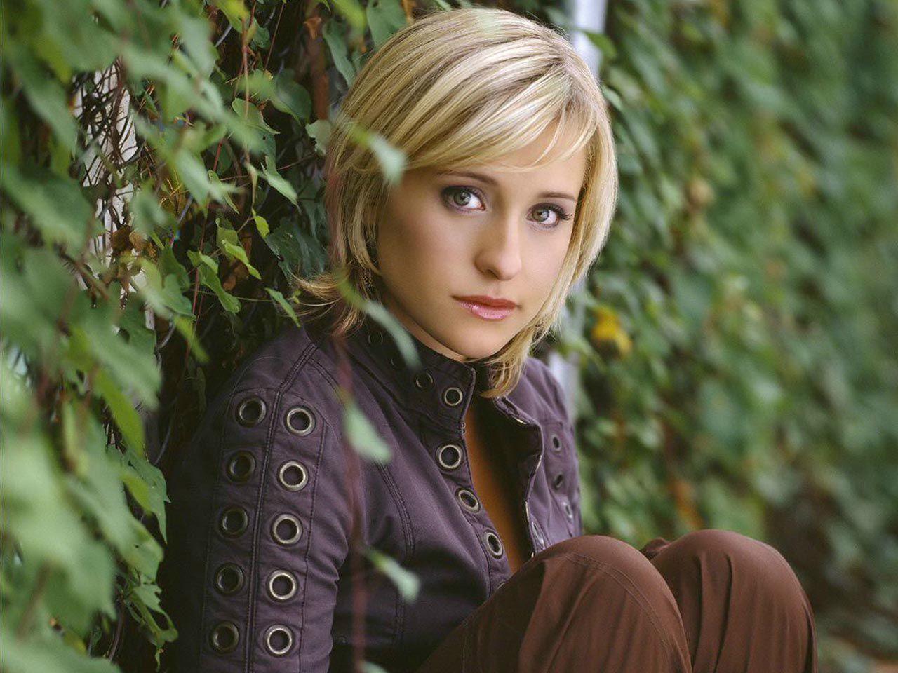 Chloe Sullivan Sitting Side Portrait Wallpaper 1280x960