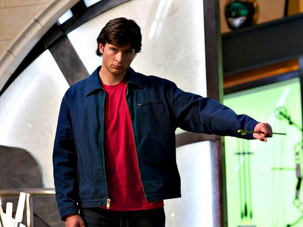 Clark Kent Catches Arrow Wallpaper 1024x768