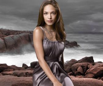 Kristin Kreuk As Lana Lang Sea Background Wallpaper