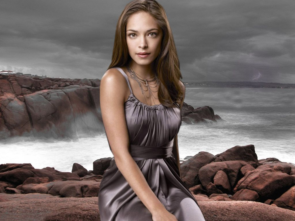 Kristin Kreuk As Lana Lang Sea Background Wallpaper 1024x768